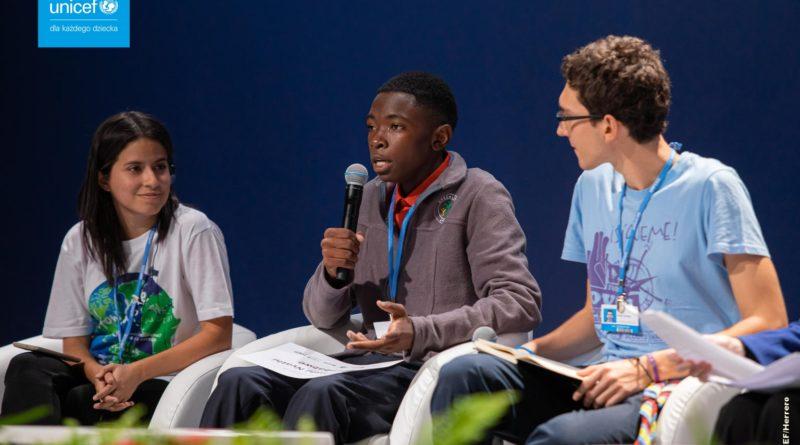 Troje dzieci podczas debaty