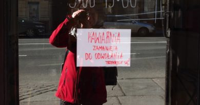 Kartka na szybie informująca o zamknięciu kawiarni do odwołania z powodu pandemii, w tle odbicie autorki zdjęcia, 15 marca 2020, lockdown