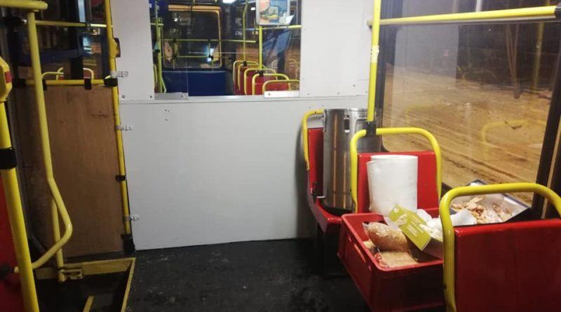 Wnętrze StreetTram, ciepły posiłek, strefa bezpieczna dla osób w kryzysie bezdomności