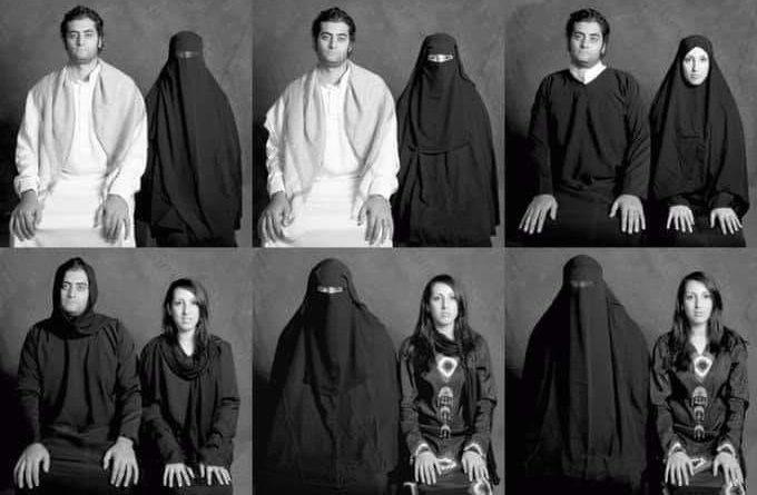 Sześć fotografii pokazujących muzułmańską parę - kobietę w burce i mężćzyznę, powoli zamieniających się zstrojami. Na pierwszym zdjęciu kobieta jest w burce, a mężćzyzna w jasnym stroju, na ostatnim kobieta ma wzorzyste ubranie, a mężczyzna jest w burce