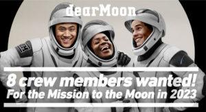 """Trzy osoby w kombinezonach kosmicznych, roześmiane, z podpisem """"8 crew members wanted!"""""""