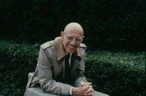 Michel siedzi uśmiechnięty