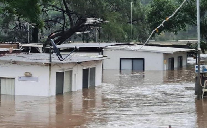 Zalana ulica w Australii - woda sięga do czubków znaków drogowych i pod dachy domów