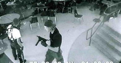 stopklatka z masakry w Columbine, nastolatek z bronią w stołówce szkolnej