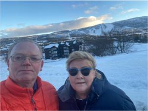 Premier Norwegii Erna Solberg z mężem na tle gór