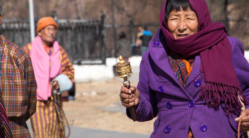 Mieszkanka Bhutanu z młynkiem modlitewnym