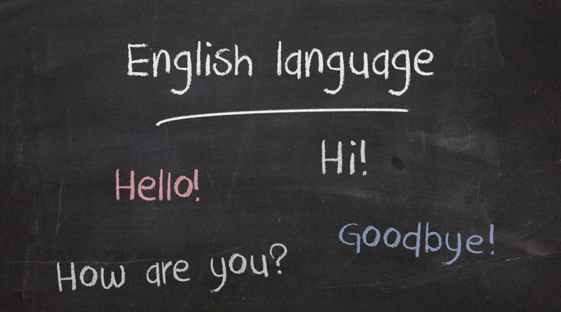 na czarnej tablicy szkolnej napis po angielsku: język angielski, cześć, jak się masz