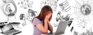 nastolatka zakrywająca w rozpaczy twarz rękami, siedząca przed laptopem, wokół na białym tle rysunki potencjalnych stresorów i zagrożeń