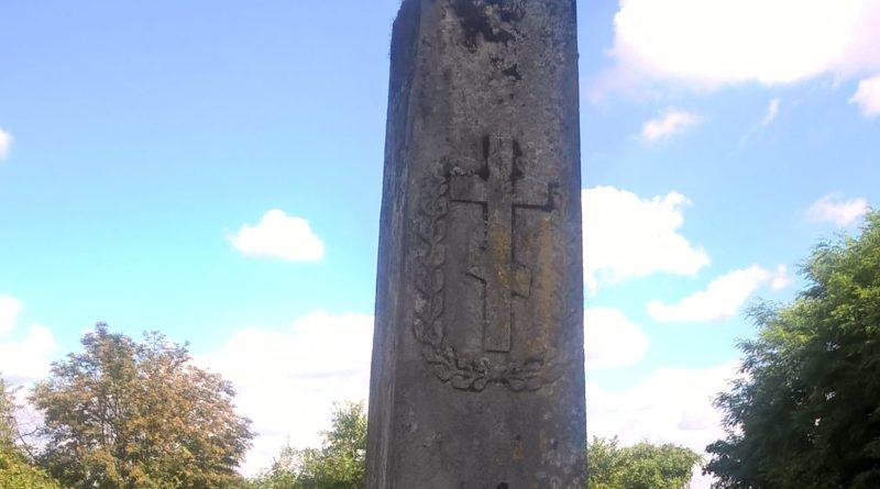 """Pomnik na symbolicznym grobie Jewdokii i Iwana Krawców, """"wysiedlonych do Rosji w 1915"""" i tam zmarłych, na nowym cmentarzu prawosławnym w Babicach"""
