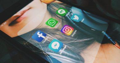 ekran smartfona ze zdjęciem dziewczyny i ikonami serwisów społecznościowych