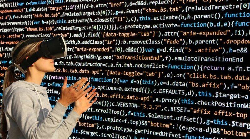 kobieta w okularach VR przed ścianą pełną kodu