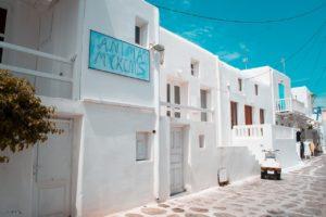 Białe budynki na greckiej ulicy