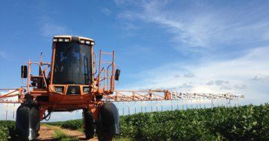 Opryskiwanie upraw rolnych na polu