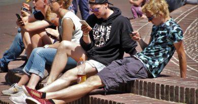 nastolatki w grupie czytające informacje na smartfonach