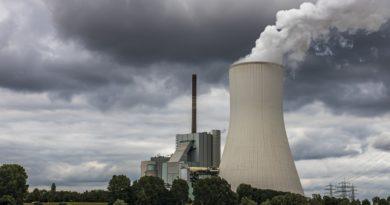 elektrownia węglowa z wielkim kominem i czarnymi chmurami na niebie