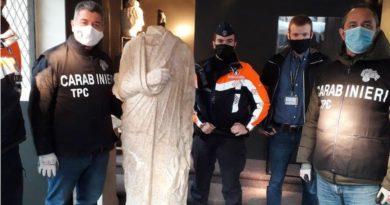 Policjanci z odzyskanym posągiem