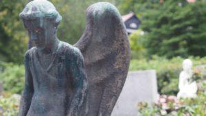rzeźba nagrobna na cmentarzu