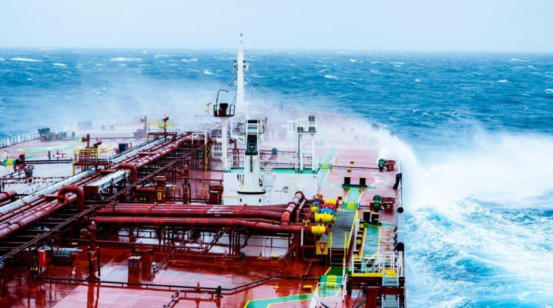 platforma wiertnicza na morzu, widok na uderzające fale